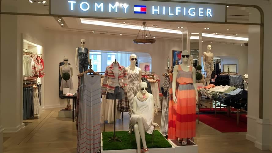 c883efbe7 A Tommy Hilfiger em Nova Iorque está disponível em quase todas as lojas e  estabelecimentos comerciais. Definitivamente está disponível na Macy's,  Woodbury, ...